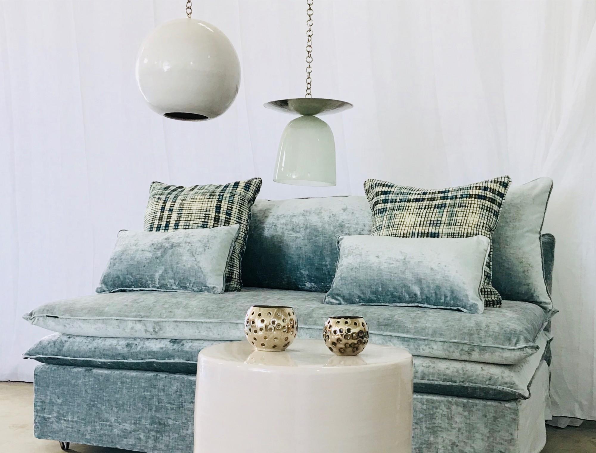 Canapé sur mesure en velours bleu glacier Nice côte d'azur