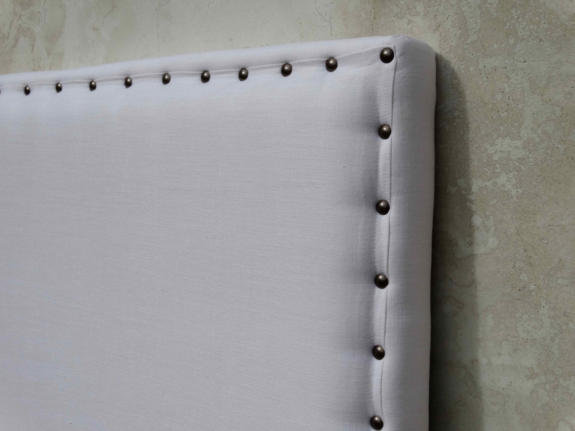 Fabrication de têtes de lit sur mesure en lin blanc