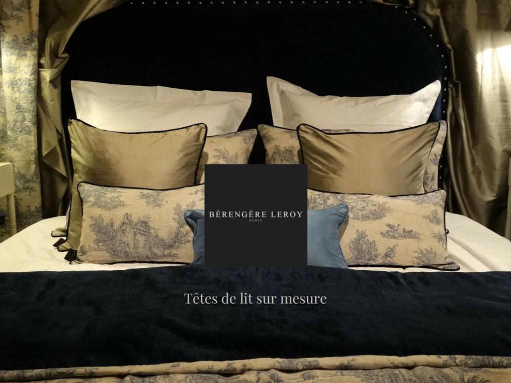 Tête de lit sur mesure cloutée en velours bleu marine nimes