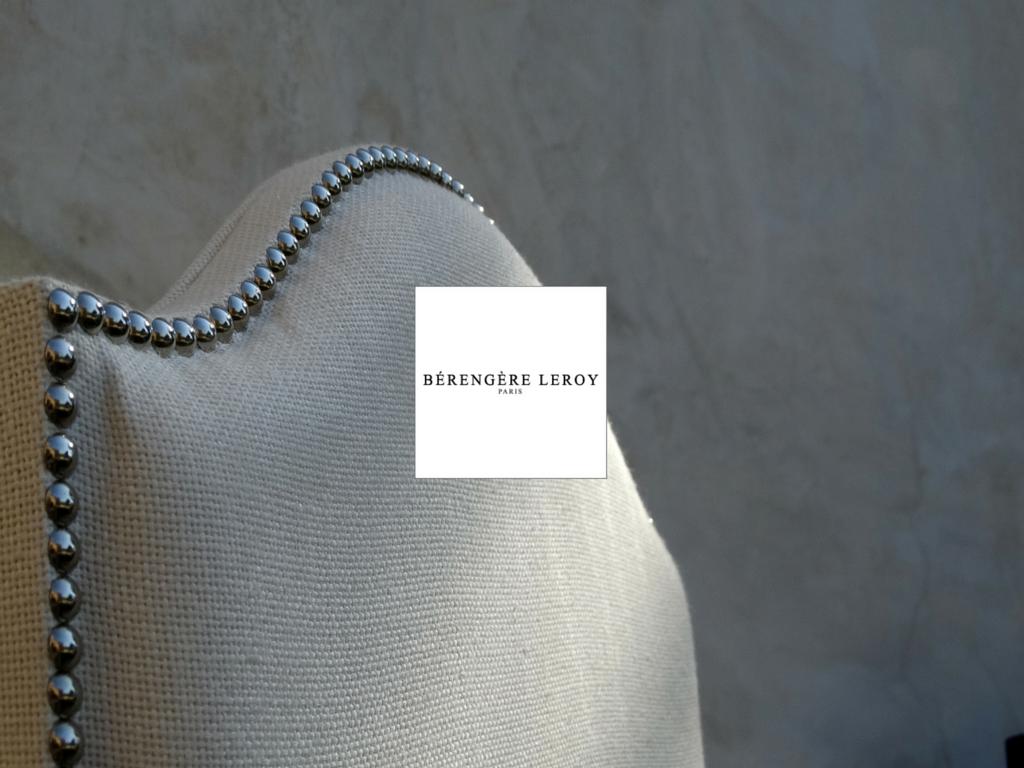 Fabricant de têtes de lit sur mesure cloutées en lin beige ivoire en Provence