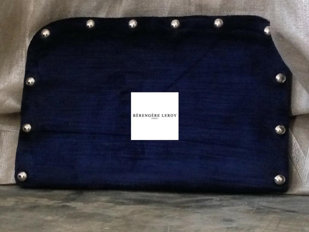 Tête de lit sur mesure cloutée en velours bleu marine Londres