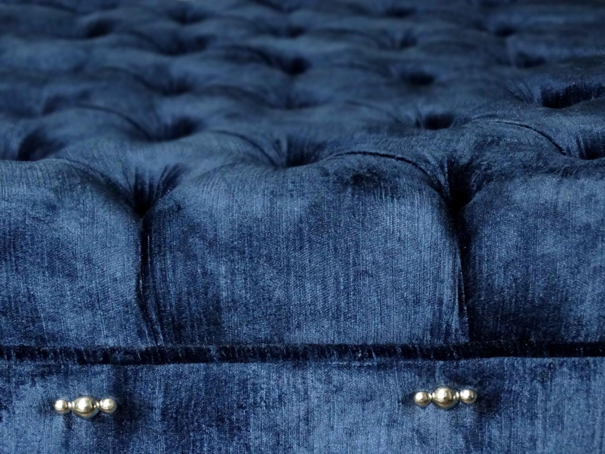 Bout de lit sur mesure capitonné en velours bleu marine à Paris