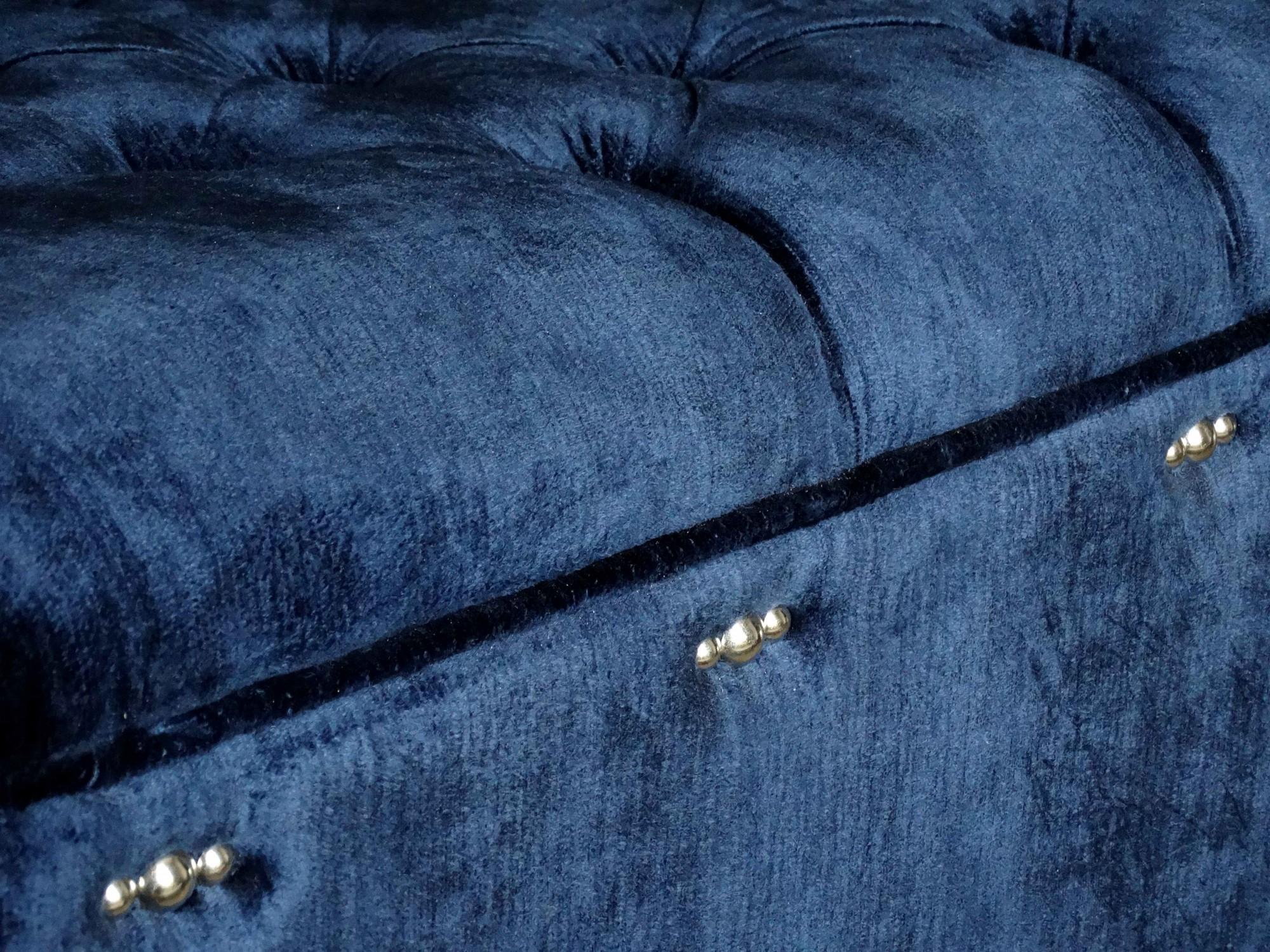Bout de lit sur mesure capitonné en velours bleu marine à Saint Rémy De Provence