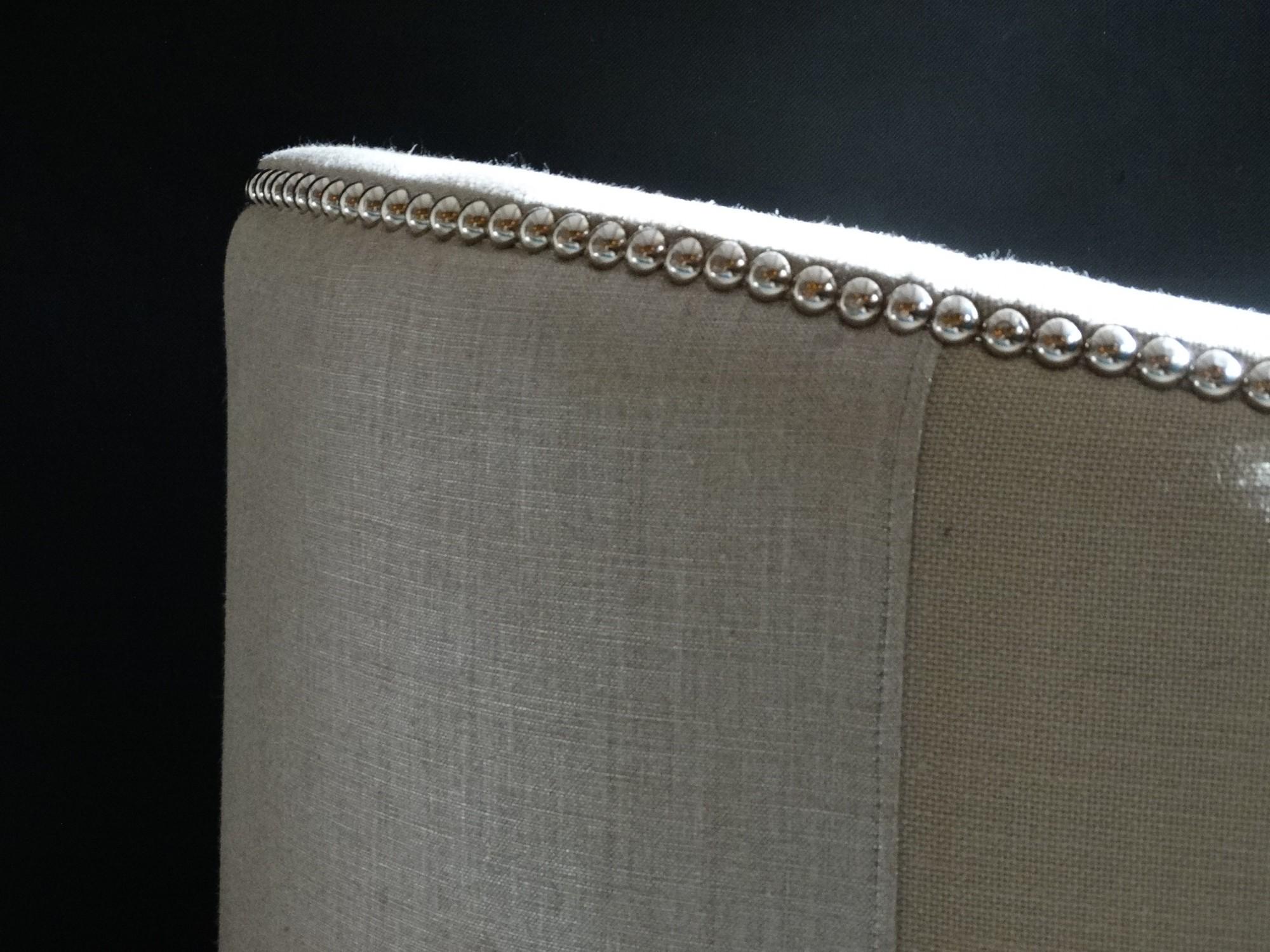 Fauteuil sur mesure capitonné en lin beige argenté à Genève