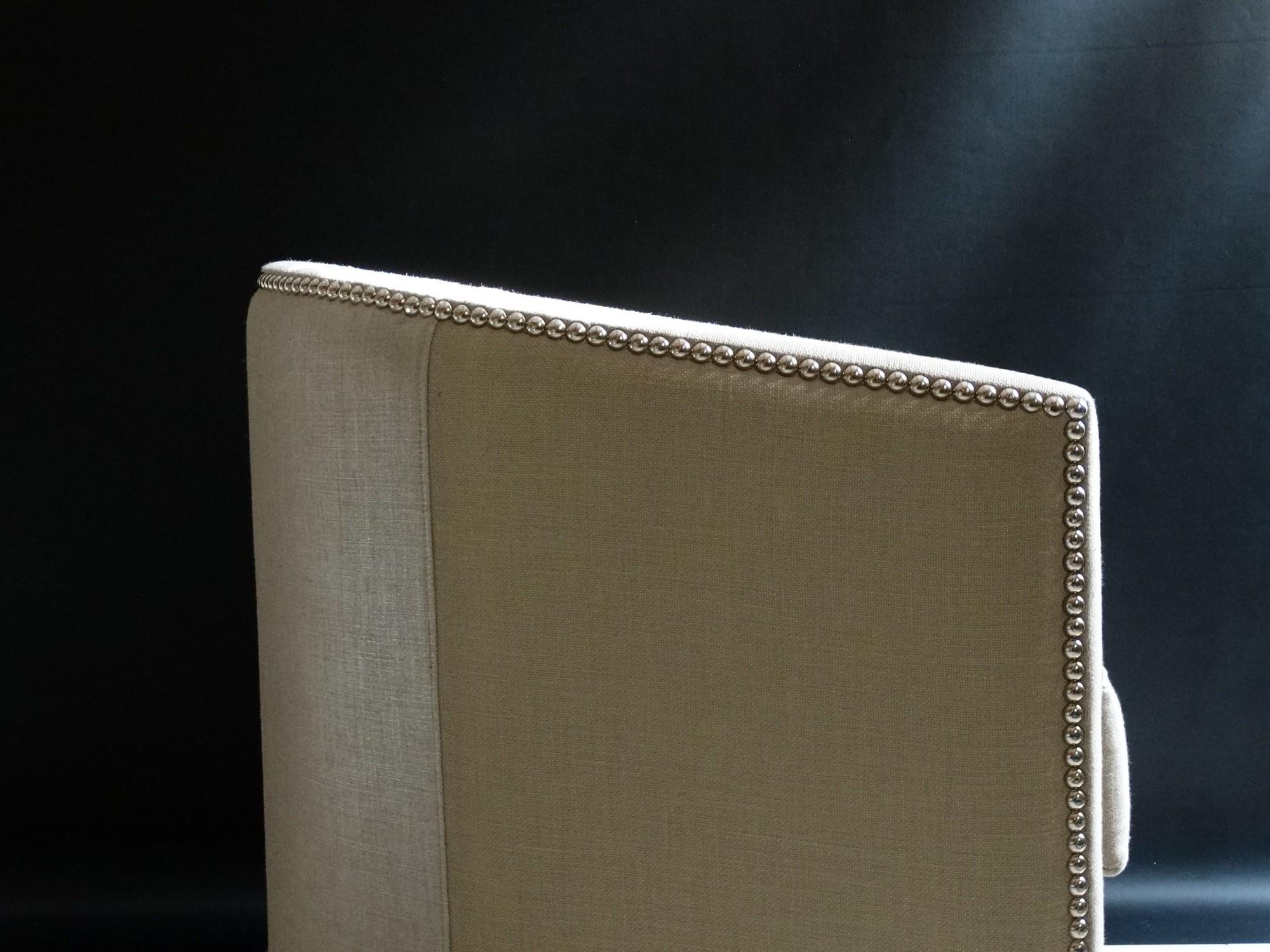 Fauteuil sur mesure capitonné en lin beige et argent à Nice