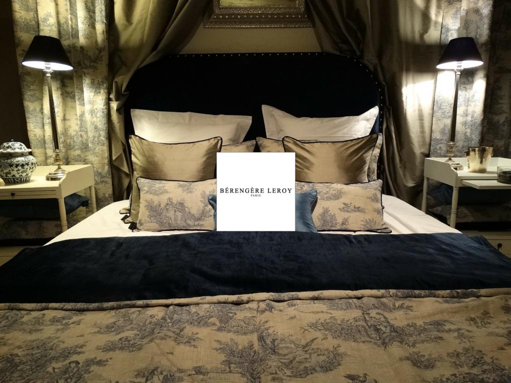 Tête de lit sur mesure cloutée en velours bleu marine valbonne côte d'azur