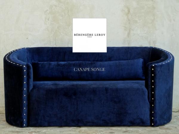 Canapé clouté en velours bleu marine Paris